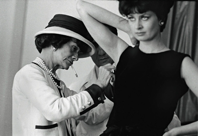 Coco Chanel podczas pracy | theguardian.com