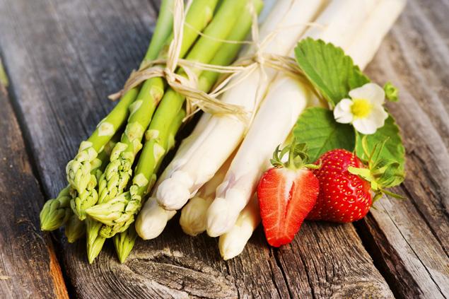 afrodyzjaki w kuchni - szparagi, truskawki